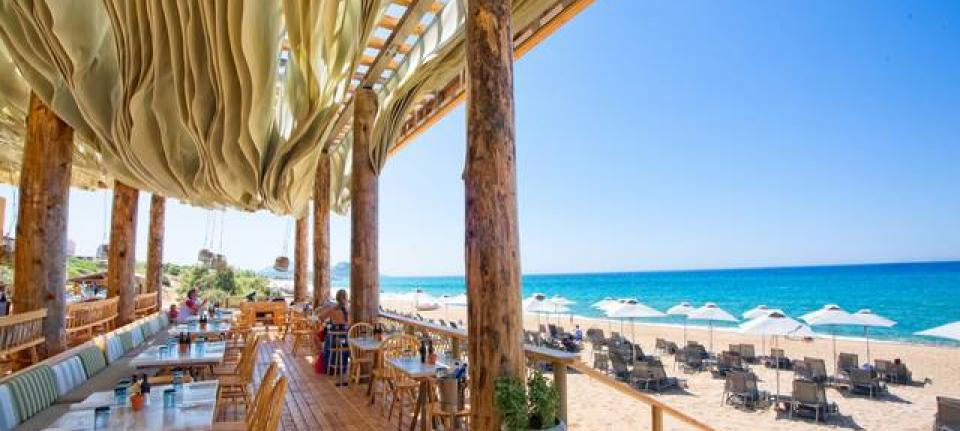 Le Barbouni, restaurant de la superbe plage de Costa Navarino.