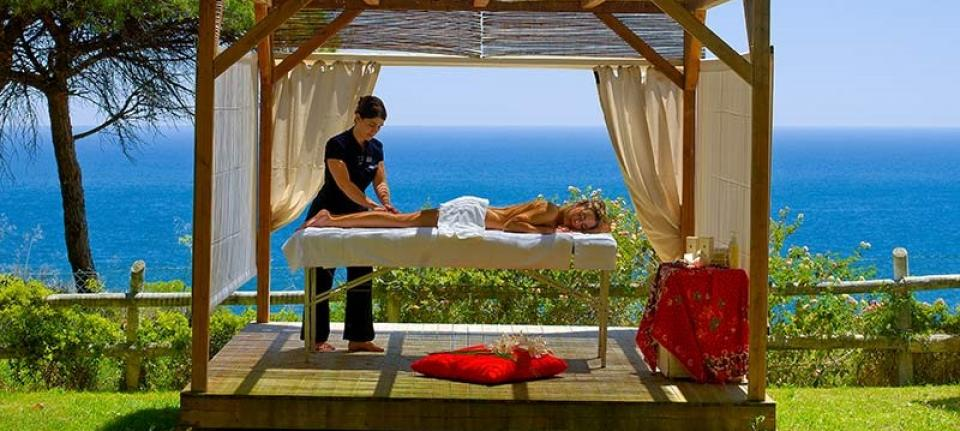 Massage en plein-air au Pine Cliff Resort.