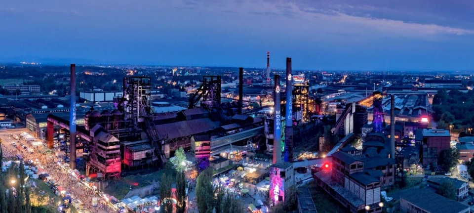 Un site industriel accueille le festival Colours of Ostrava. DR
